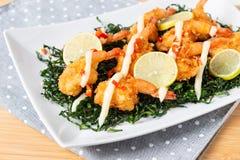 Fried Shrimp med kräm- sås för limefrukt och djup stekt grönkål royaltyfri foto