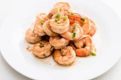 Fried Shrimp med vitlök, vit maträtt, vit bakgrund Royaltyfri Fotografi