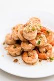 Fried Shrimp med vitlök, vit maträtt, vit bakgrund Arkivbild
