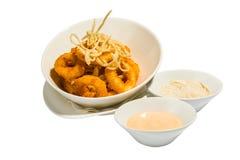 Fried Shrimps con salsa sul piatto immagini stock libere da diritti