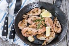 Fried Shrimps em um frigideira Imagens de Stock