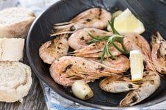 Fried Shrimps em um frigideira Foto de Stock Royalty Free