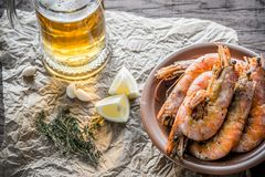 Fried shrimps with glass of beer Royalty Free Stock Photography