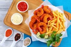 Fried Shrimps, Kalkkeile, Pommes-Frites Stockbilder