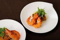Fried Shrimps mit Arugula Lizenzfreie Stockfotografie