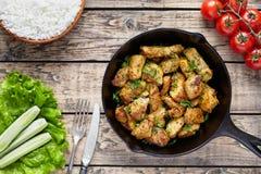 Fried skivade höna- eller kalkonfilékött med gaffeln, kniv royaltyfri bild