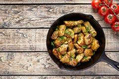 Fried skivade höna- eller kalkonfilékött med huggen av persilja royaltyfria foton