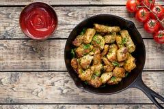 Fried skivade höna- eller kalkonfilékött med ketchup fotografering för bildbyråer