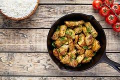 Fried skivade höna- eller kalkonfilékött med ris royaltyfri bild
