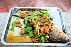 Fried Snapper profundo remató con el ofrecimiento sacrificatorio dulce de la salsa de pescados Foto de archivo