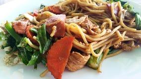 Fried Spagghetti med grönsaken och höna Arkivfoton