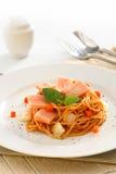Fried Spaghetti med skinka och korven, thailändsk mat för kryddig fusion Arkivbilder
