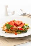 Fried Spaghetti med skinka och korven, thailändsk mat för kryddig fusion arkivfoto