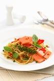 Fried Spaghetti med skinka och korven, thailändsk mat för kryddig fusion royaltyfri bild