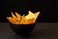 Fried spicy lavash chips in black tureen Stock Photography