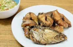 Fried Striped Snakehead Fish profond avec de la sauce aigre épicée photographie stock