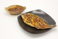 Fried Tilapia Topped con i sapori agrodolci e piccanti della salsa Immagini Stock