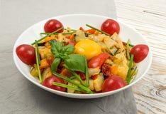 Fried Vegetable Mix med zucchinin, söt peppar, tomater, lökar stänger sig upp arkivfoton