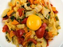Fried Vegetable Mix med zucchinin, söt peppar, tomater, lökar stänger sig upp royaltyfri fotografi
