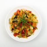 Fried Vegetable Mix med zucchinin, söt peppar, tomater, lökar stänger sig upp arkivbilder