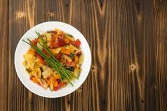 Fried Vegetable Mix med zucchinin, söt peppar, tomater, lökar stänger sig upp arkivbild