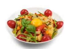 Fried Vegetable Mix med zucchinin, söt peppar, tomater, lökar stänger sig upp arkivfoto