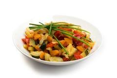 Fried Vegetable Mix med zucchinin, söt peppar, tomater, lökar stänger sig upp royaltyfri bild