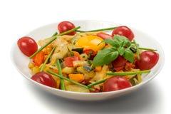 Fried Vegetable Mix med zucchinin, söt peppar, tomater, lökar stänger sig upp royaltyfri foto