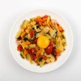 Fried Vegetable Mix med zucchinin, söt peppar, tomater, lökar stänger sig upp fotografering för bildbyråer