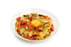 Fried Vegetable Mix med zucchinin, söt peppar, tomater, lökar stänger sig upp royaltyfria bilder