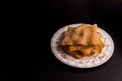 Fried Wonton en el plato con el fondo negro Imágenes de archivo libres de regalías