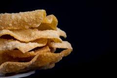 Fried Wonton en el plato con el fondo negro Foto de archivo libre de regalías