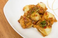 Fried Wonton a enveloppé des oeufs de caille avec de la sauce épicée Photos stock