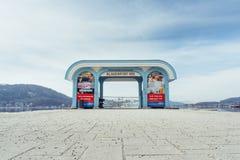 Friedelstrand, costa sul Wörthersee, Klagenfurt, Carinthia, Áustria - 20 de fevereiro de 2019: Porta da entrada ao cais do Wö imagens de stock