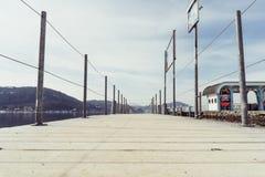 Friedelstrand, rivage du sud Wörthersee, Klagenfurt, Carinthie, Autriche - 20 février 2019 : Pilier du Wörthersee-Schifffahrt, photographie stock