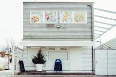 Friedelstrand södra kust Wörthersee, Klagenfurt, Carinthia, Österrike - Februari 20, 2019: Vit målade, den trä stängda stranden arkivbilder
