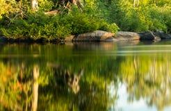 Frieden auf dem Fluss nahe Sonnenuntergang lizenzfreies stockbild