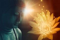 Frieden Buddha stellen erleuchten mit goldenem Lotos gegenüber lizenzfreies stockbild