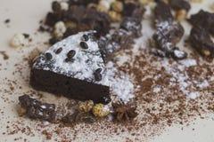 Frieden des Schokoladenkuchens mit Süßigkeiten und Zimt Lizenzfreie Stockbilder