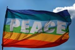 Frieden. Die Regenbogenflagge. Stockbilder