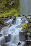 Frieden gefunden in einem Wasserfall Stockfoto