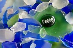 Frieden geschrieben auf einen Glasstein Lizenzfreie Stockfotografie