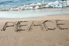 Frieden geschrieben in den Sand Lizenzfreie Stockfotos