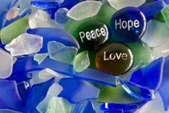 Frieden, Hoffnung und Liebe auf Glassteinen Stockfotografie