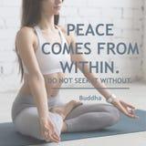 Frieden kommt aus Suchen Sie es nicht außen Stockbild