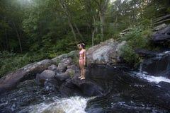 Am Frieden am Wasserfall Lizenzfreie Stockfotos