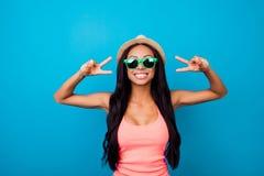 Frieden zu allen! Geste V mit den Fingern des Armes von attraktivem, excit Lizenzfreie Stockfotos
