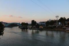 Friedensbrücke auf dem Fluss Mtkvari in Tiflis, Georgia Stockfotografie