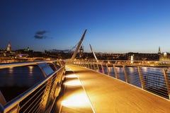 Friedensbrücke in Derry lizenzfreies stockfoto