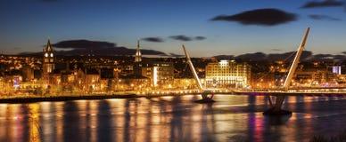 Friedensbrücke in Derry stockfotos